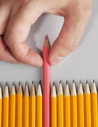 חבילת עפרונות צהובים ועיפרון אדום בולט