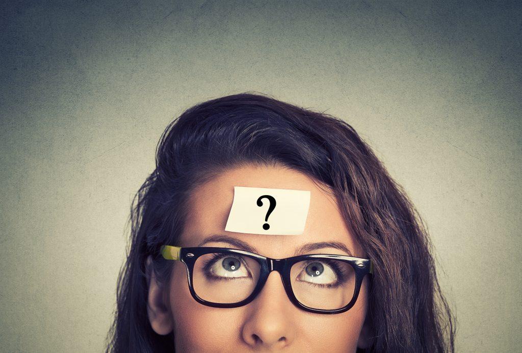 עיניים של אישה מסתכלות על סימן שאלה במצח