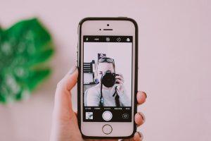 תמונה של אישה מצלמת בתוך סמארטפון