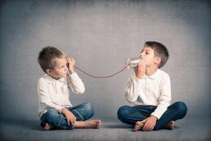 שני ילדים מדברים עם פחיות