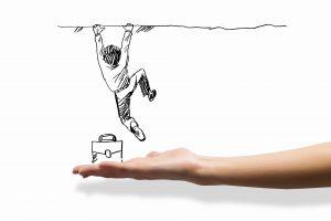 איש מנסה לקפוץ מעל חומה